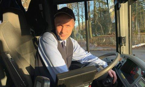 BER OM Å SLIPPE: Sverre Lia har bedt ledelsen i Vy Grenland om å slippe å kjøre buss 82 i Bergsbygda, dersom ikke Statens vegvesen sørger for bedre strøing og vintervedlikehold. Han frykter det vil skje en stor ulykke med bussen full av skoleelever.