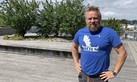 IRRITERT: Leder i hovedstyre på Eidanger Idrettslag, Kjetil Haugersveen er misfornøyd med at folk ødelegger frisbeegolfbanen på Tveten, med blant annet tagging (innfelt bilde).