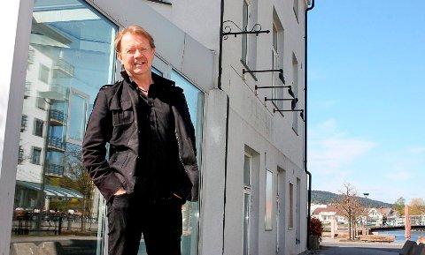 TENKER FRAMOVER:  Hvite Busser og daglig leder Ole Johnny Hansen planlegger nye turer utover våren og høsten.