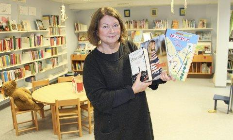 Populære: Biblioteksjef Ruth Østby viser frem de mest lånte bøkene i 2016 på Rakkestad bibliotek i tre forskjellige kategorier. Foto: Beate Sloreby