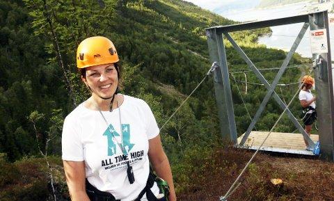 Dyktige kvinner: Merethe Kvandal i Naturlige Helgeland opplever stor suksess med ziplinen over Vefsna. Hun nevnes blant flere kvinnelige entreprenører på Helgeland.FOTO: Stine Skipnes