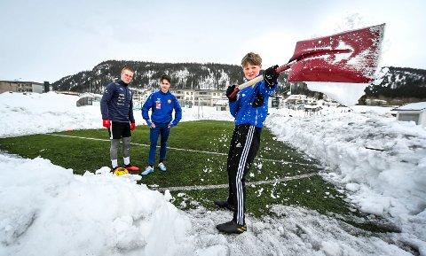Andreas Hellesvik, Eirik Millerjord og Gabriel Valla (med spaden) har måkt snø og ryddet sin egen lille fotballbane på Selfors. Foto: Øyvind Bratt