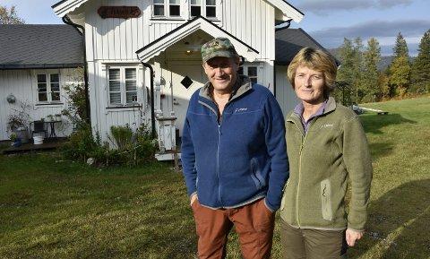HYTTA: Magne og Oddny Martinsen bor nå på hytta i Elsfjord. Huset på Nevernes, som ble bygd i 1986, er ubeboelig og ekteparet vet ikke når de kan flytte tilbake. De frykter det meste er ødelagt. Foto: Viktor Leeds Høgseth