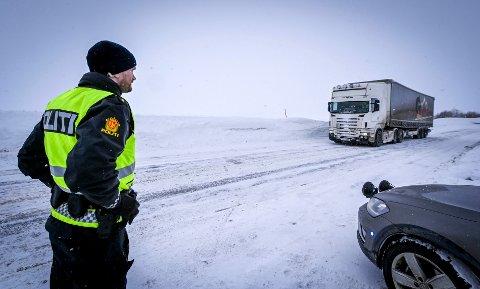 Norge stenger grensen mot Sverige grunnet Koronasmitte. Både politi og tollere vokter grensen grenseovergangen i Umbukta.