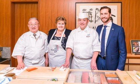 Gunvar Lenhard Wie (t.h.) som fikk sin første jobb som kokkelærling på Holmen Hotell er her i møte med statsminister Erna Solberg om norsk sjømat i Japan.