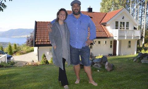 Deler hjemmet: – Å dele hjemmet sitt med andre har vært vanlig i utlandet i mange år. Selv kjenner vi dette fenomenet fra både Frankrike og England, hvor vi bodde før vi kom til Brumunddal, sier Elisabeth Nord og Anders Svalestad.