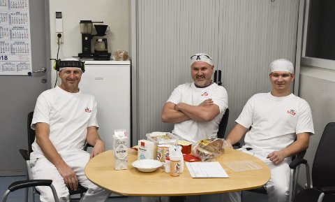 LITEN PAUSE: Roger Olsen, Ole Kristian Kvisberg og Janis Macevskis i en av styringssentralene fordeler hundretusener av liter med melk i døgnet.