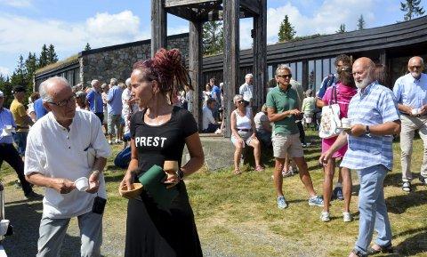 Troverdig og Inspirerende: Sunniva Gylver holdt en engasjerende og flott tale i Sjusjøen fjellkirke søndag. Etter gudstjeneste var det jordbær, kaffe og kake på kirkebakken. Foto: Jan Rune Bakkelund