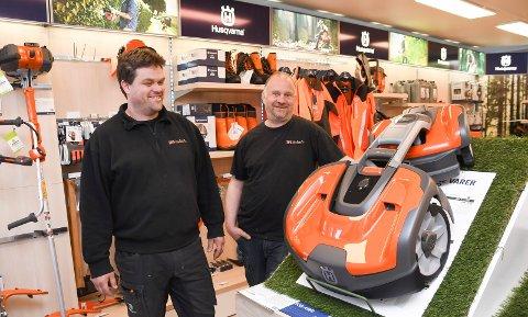 Gjør det bra: Stian Gustavsen (t.v.) og Pål Stian Ramsberg har suksess med salg og service av blant annet robotgressklippere.  Her viser de fram med den gjeveste utgaven, en firehjulstrekker til 55.000 kroner.