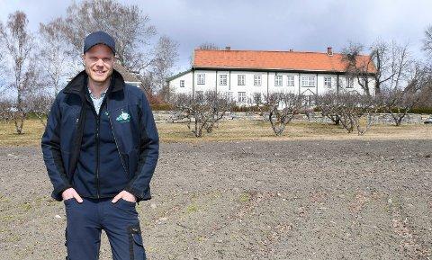 Fersk bonde: Christian Fredrik Sandberg har tatt over ansvaret på Hoel gård på Nes.