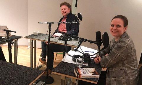 STUDIO: Ellen i studio og innspilling av podkasten «Helt kriminelt.» Intervjuet denne gangen er med krimforfatter Jørn Lier Horst.