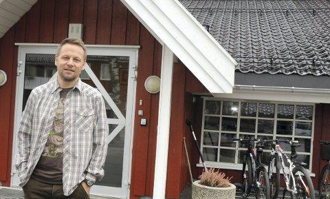 KREVENDE SITUASJON: Rektor ved Ringerike Folkehøgskole, Morten Eikenes, forteller om en krevende situasjon å håndtere etter at det er påvist smitte hos totalt 18 elever.