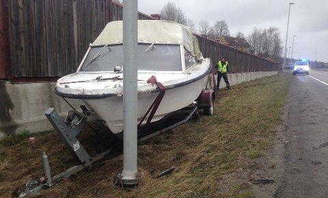 En henger med en båt havnet fredag formiddag i grøfta ved rv 22.
