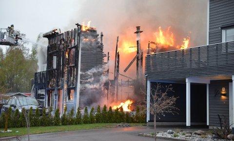 DØDSBRANN: Lørdag omkom en mann i 50-årene etter en brann i et hus i Maura. Tirsdag morgen mottok naboene reklame om brannsikkerhet i postkassene.