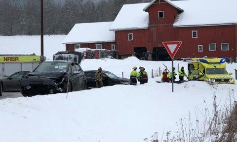 I KRYSSET: To biler har smelt sammen i krysset RV 4 og Gamle Glittrevei i Hakadal. Foto: Sigbjørn Høidalen