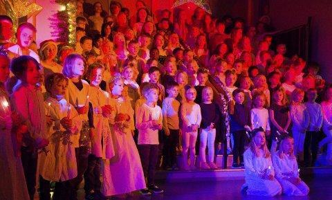 ELEVFORESTILLING: I stedet for å ha tradisjonelt juleverksted valgte elevene på Torvbråten skole å invitere gjester fra nabolaget til julekonsert.