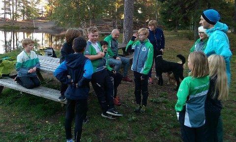 OPPLEGG: Fra «Høstmesterskapet» i Kjekstadmarka, der arrangør Simen Kolbergsrud (i midten) forklarer opplegget for noen av deltagerne.