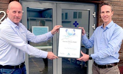 PRISUTDELING: GVD-leder Marius Asheim (t.h.) mottar Bærekraftprisen 2020 fra Norsk Vann-direktør Thomas Breen.