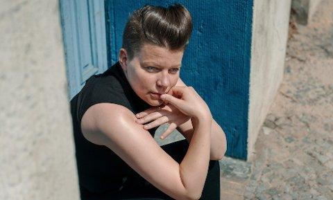 I FRONT: Pianist, låtskriver og vokalist Julie Falkevik Tungevåg kommer med sin trio til Sekkefabrikken søndag. Hun er også en del av  det nye «husbandet» i NRKs fredagsprogram Beat for Beat.