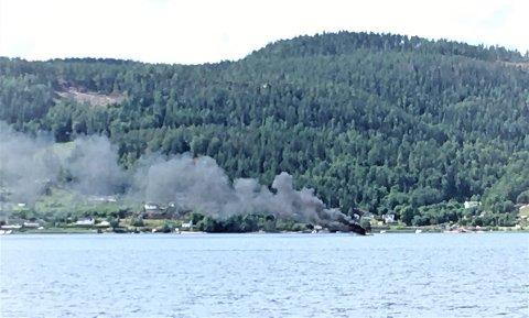 BÅTBRANN: Det ryker kraftig fra en båt som har kommet i brann i Jordfallbukta, på Svelvik-siden av Drammensfjorden. En person skal ha hoppet i vannet, i følge brannvesenet på twitter..