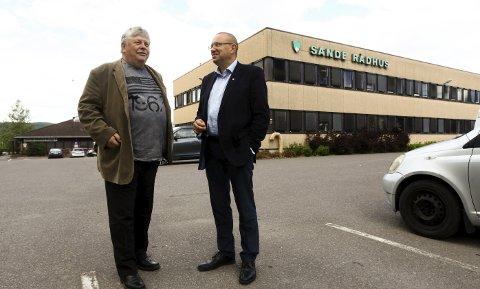 Skole her? Fylkespolitikerne fra Arbeiderpartiet Karl Einar Haslestad og Arve Høiberg har planer om en ny videregående skole i sentrum av Sande. Rådhustomta er en av flere muligheter for plassering.Foto: Lena Malnes