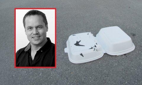 Her har det alt skjedd en skade. En fugl har fått i seg plast, poengterer redaktør Steinar Ulrichsen (innfelt).