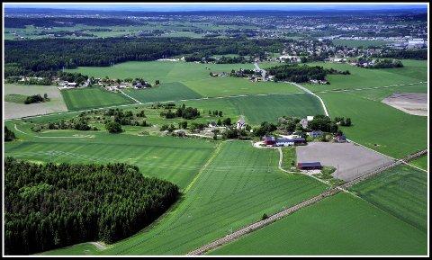 VEI PÅ SLETTA: Haugeveien går fra Hafslund, via Nordberg og fram til krysset ved Skadalsveien.