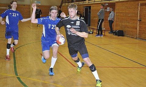 BRUKTE FARTEN: Kantspiller Espen Olsen brukte som vanlig farten - sitt sterkeste våpen godt, og scoret tre fine mål.