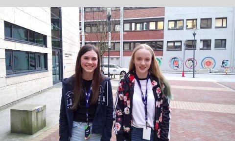DUOEN: Freya Smørdal Walker (t.v.) og Helena Fadnes Aardalsbakke sier de liker best å skrive om egne opplevelser.