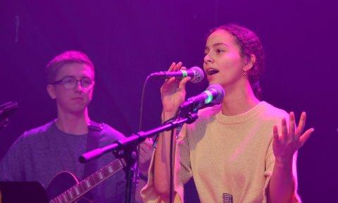 GJEKK VIDARE: Felicia Oseland (15) frå Jørpeland gjekk vidare frå den lokale UKM-mønstringa i Strand saman med Jone Ravnås Mathisen (19) og resten av gjengen i bandet Kurts Disipler.