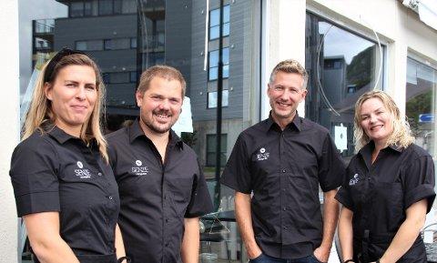 TØFF START: Kristine Alsvik Slåtto, Sigurd Slåtto, Helge Alsvik og Henriette Alsvik har opplevd å måtta regulera drifta på grunn av korona på fleire måtar sidan dei opna i august i fjor.