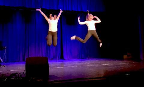 FARTSFYLT: 13-åringane Sara Sæbø Iversen (til venstre) og Synne Moen Hausken hadde koreografert sitt eige dansenummer til songen «Control» av Zoe.