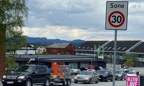 NY FART: Fredag ettermiddag kom det opp skilt som forteller om 30-sone i Jørpeland sentrum.