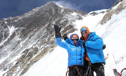 Får se everest: Tone Gravir og Leif Harald Bergseth har forsøkt å bestige Mount Everest to ganger. I fjor klarte de det. Her er de med verdens høyeste fjell i bakgrunnen. foto: privat