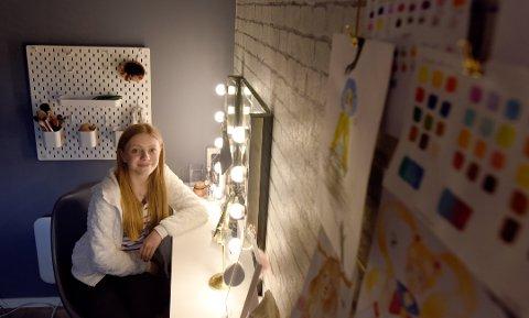 HJEMME: På jenterommet hjemme på Bølehøgda, kan Marie Molvær øve på sangene hun skal synge i Fancy Nancy. De får hun tilsendt. Foto: Bjørn Harry Schønhaug