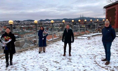 GLEDE: Det var bare glade ansikter å se da glassrekkverket i Brekkeparken offisielt ble overrakt torsdag ettermiddag. På bildet er: (f.v.) Marianne Hegna - Skien boligbyggelag, Jorunn Sem Fure - Telemark museum, Bjørn Rudborg - Telemark museum og Kjell Ove Tvinnereim - Skien boligbyggelag.