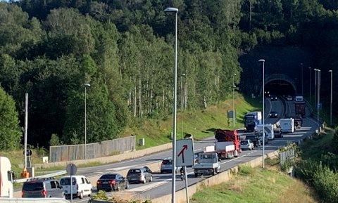 STILLESTÅENDE: Det var kø på E18 etter at ulykken inntraff.