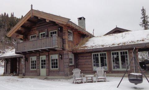 7,6 MILLIONER: Denne kraftige og store tømmerhytta i Flugonfjellvegen 83 gikk for 7,6 millioner fire dager før julaften. - En hyggelig utvikling, mener ordfører Bengt Halvard Odden.