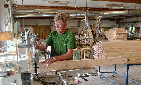 GAMMELT NYTT: Hans Olav Bastiansen er klar på at det er gøy å bygge nye vinduer som er tidsriktige for gamle bygg. FOTO: Privat
