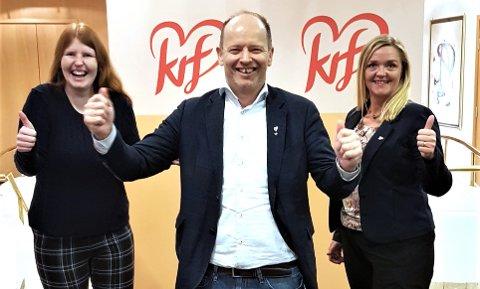 Harry Valderhaug flankert av 2. kandidat Randi Walderhaug Frisvoll (til høyre) og 3. kandidat Victoria Smenes.