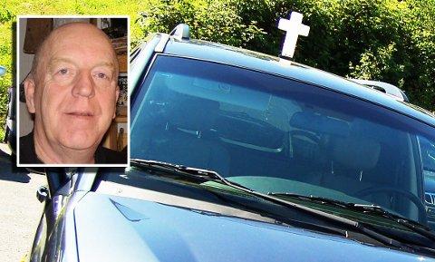 – RESPEKTLØST: Olaf Mathiassen reagerer på bilisters manglende respekt for gravfølger.