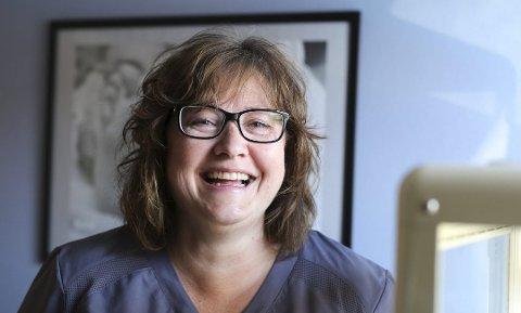 Den glade terapeut: Elin ler veldig mye mens hun prater.
