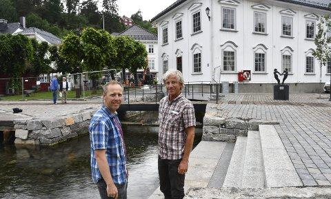 Andreas Stensland og Otto Bugge har vært sentrale personer i Møllebekken-prosjektet. Bugge forteller at han har hørt mange positive kommentarer fra folk som synes det er blitt flott. Spesielt synes mange det er fint med trappa som går ned i sjøen. Foto: Øystein K. Darbo