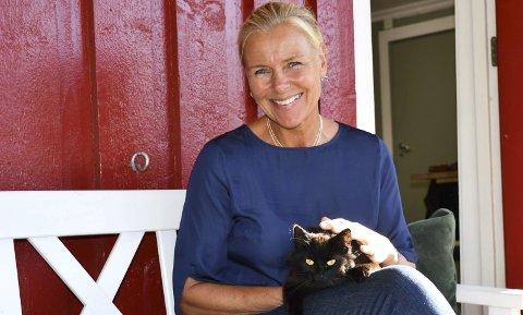 Firbent venn: Gudrun Songe produserer smykkene sine og selger dem fra Melkerommet i låven på Songe. Her trives lille pusen også. Foto: Anne Dehli
