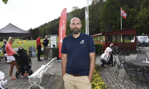 Strømmet til golfbanen: Daglig leder i AOGK, Asbjørn Sauesund, kan se tilbake på en spesiell og unormalt bra sesong på Nes Verk i fjor. I år budsjetterer imidlertid klubben med mer normale besøkstall.Arkivfoto