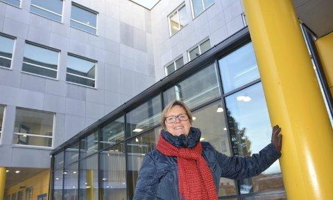 Viser fram: Inger Torun Klosbøle viser stolt fram den nye ungdomsskulen i Nord-Aurdal.