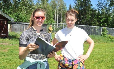 FAGLIGSTØTTE:Joline Johansson (t.h.) hadde med venninne Kate Sheriff under lørdagens visning i Stuaveien. Kate har et tilsvarende sted i Vestmarka.
