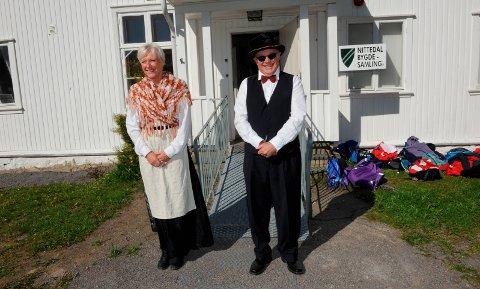 BYGDEMUSEUM:1880-bygget i Hakadal huser bygdesamlingen. Her ser vi Mona Danielsen og Tom Nilsen som omvisere for fjerdeklassinger.