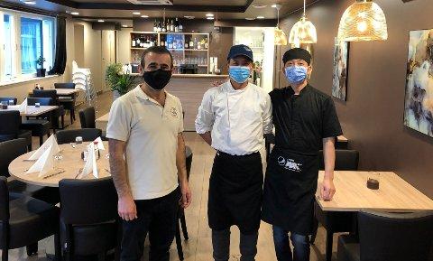KINESISKIROTNESKRYSSET:Innehaver Rebin Akram sammen med kokkene Huang Guozhong (midten) og Bojian Wu.