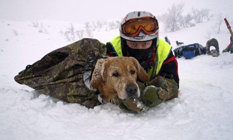 TRENING: Happy og Steinar Sjaastad på trening, hunden i soveposen som han bruker når de er på trening og hunden hviler og venter på sin tur.